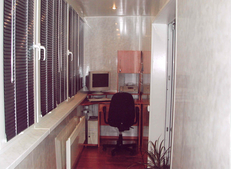 Балкон кабинет. красивая отделка балкона и высококачественно.